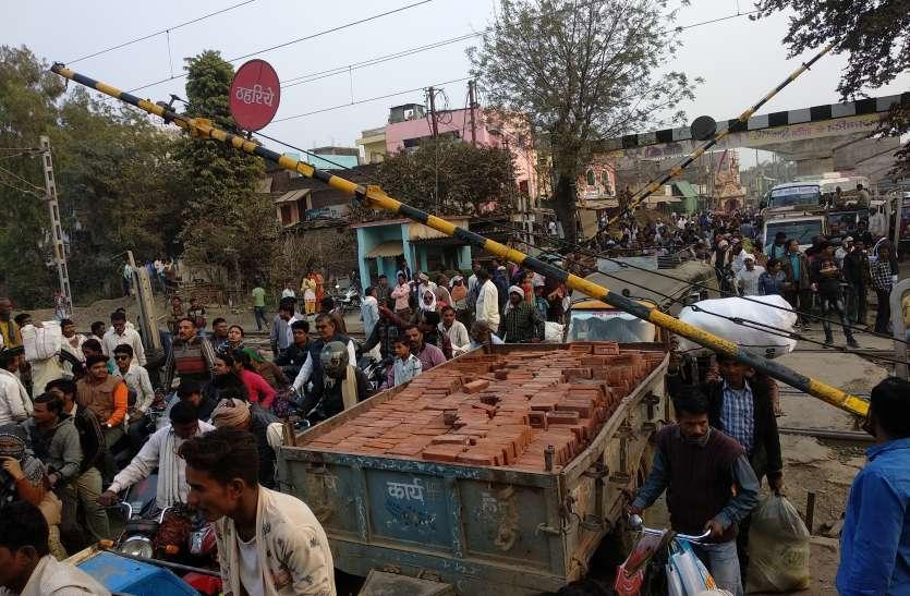 रेलवे गेट पर ट्राफिक जाम के चलते रोकनी पड़ी ट्रेन
