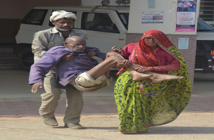 बेवसी की दो तस्वीरें...90 साल के कोटवार को हाथ-पैर पकड़कर ले गए बेटा-बहू