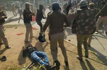 नीमराणा में पुलिस व मजदूर यूनियन के बीच विवाद, पुलिस ने खदेडक़र किया लाठीचार्ज व आंसू गैस के गोले छोड़े, देखें Live तस्वीरें