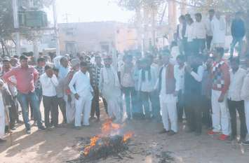 किसानों ने कर्जमाफी के आदेशों की प्रतियां जलाई