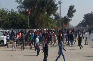 अलवर के नीमराणा में पुलिस व मजदूर यूनियन के बीच विवाद, पुलिस पर किया पथराव, डीएसपी घायल, पुलिस ने छोड़े आंसू गैस के गोले