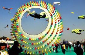 VIDEO: अहमदाबाद में पतंग महोत्सव में शामिल हुए 45 देश
