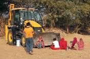विरोध के चलते टली कार्रवाई, जेसीबी के आगे लेट महिलाओं ने डिस्कॉम को जमीन देने का किया विरोध