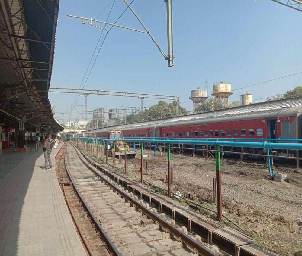 यहां दो ट्रेनों के बीच चल रही जेसीबी