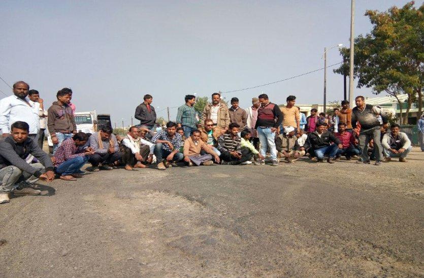 समर्थन मूल्य केन्द्रों पर रुकी तौल, किसानों ने लगाया जाम, पहुंचे अधिकारी
