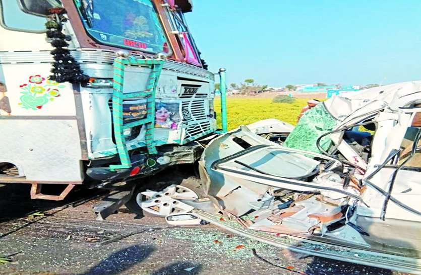 टायर फटने पर ट्रक से भिड़ी जीप,एक की मौत,तीन घायल