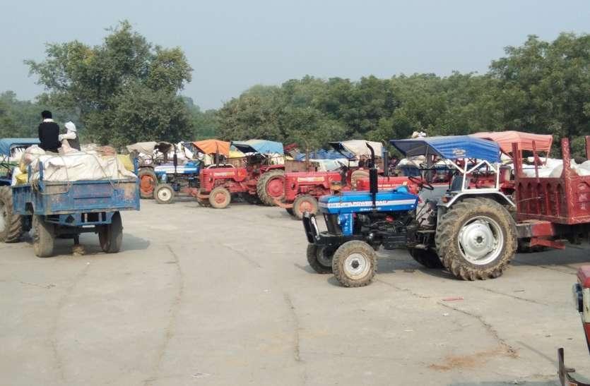 बाजार में फसल बेचने को किसान मजबूर