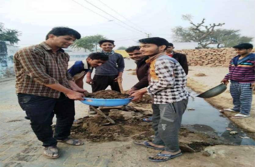 युवाओं ने उठाया नालियों की सफाई का जिम्मा
