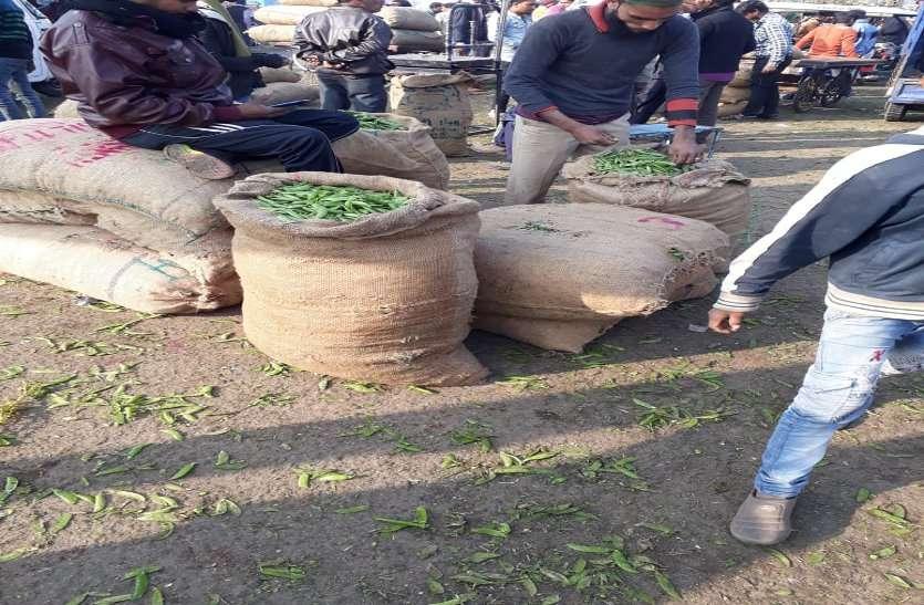 किसानों की जगह पर कारोबारियों का कब्जा