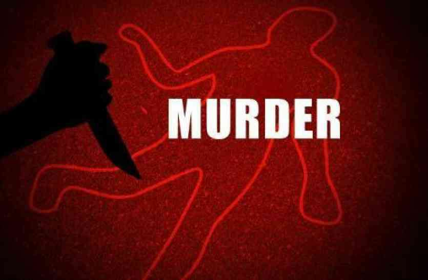 घर में अकेली वृद्ध महिला की गला रेतकर हत्या
