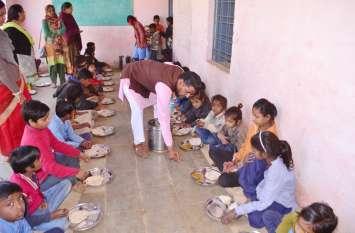 video: हड़ताल के बीच स्कूल में बंटा मध्याह्न भोजन