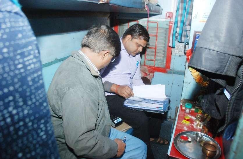 छत्तीसगढ़ एक्सप्रेस में रेलवे अधिकारियों ने पेट्रीकार में कार्रवाई, पीओएस मशीन थी बंद