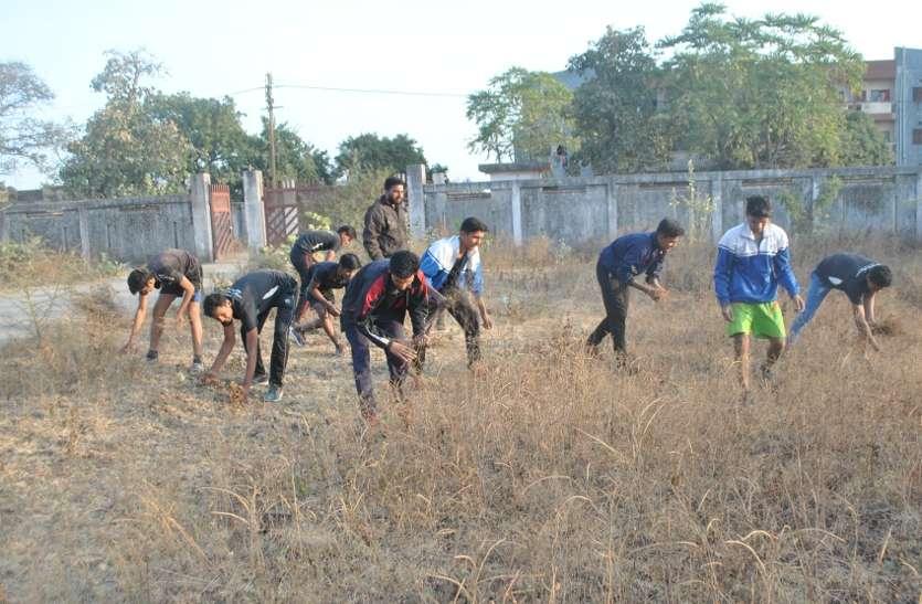 युवाओं ने पॉलीटेक्निक कॉलेज परिसर में किया श्रमदान