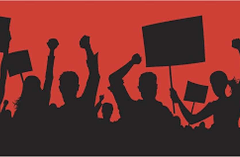दो दिन की हड़ताल के बाद बैंकों में भीड़, लगीं कतारें