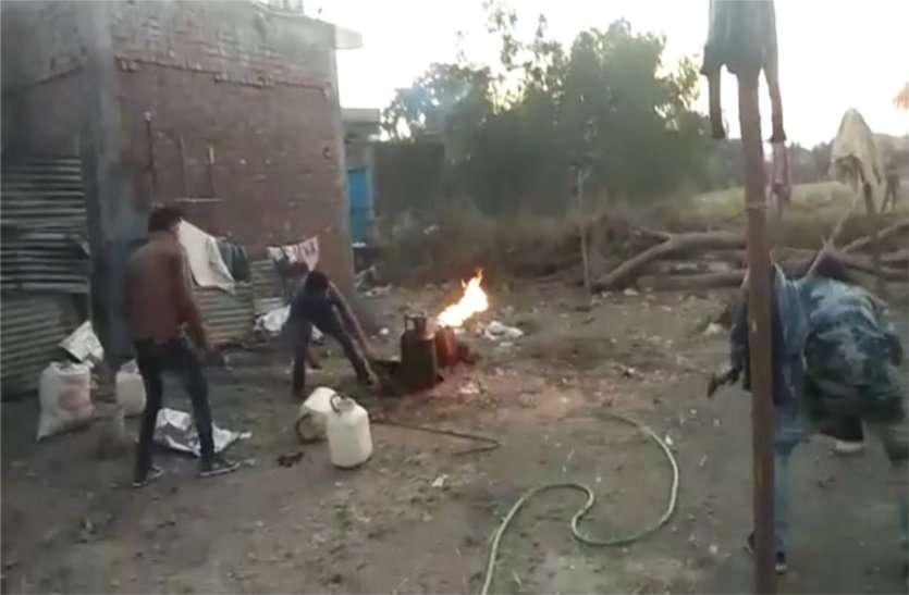 गैस सिलेंडर में लगी आग, डायल 100 स्टाफ ने जान जोखिम में डाल पाया काबू, देखें वीडियो