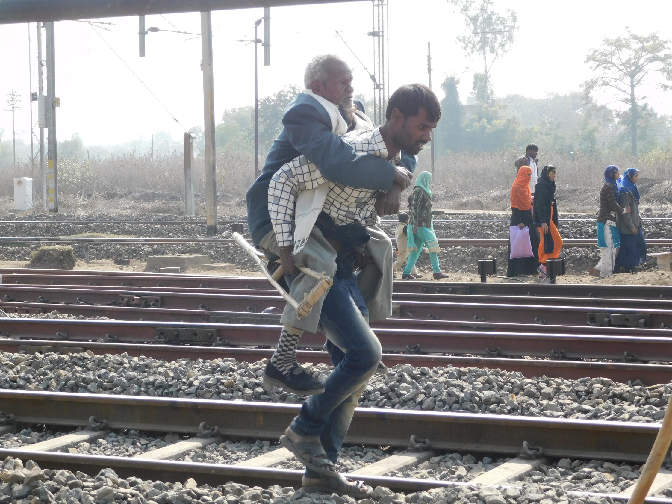 दो महीने में करोड़ों फूंके फिर भी रेल यात्रियों की समस्याएं जस की तस
