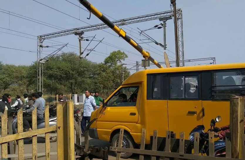 खुलते समय अचानक नीचे जा गिरा रेलवे गेट : हादसा टला