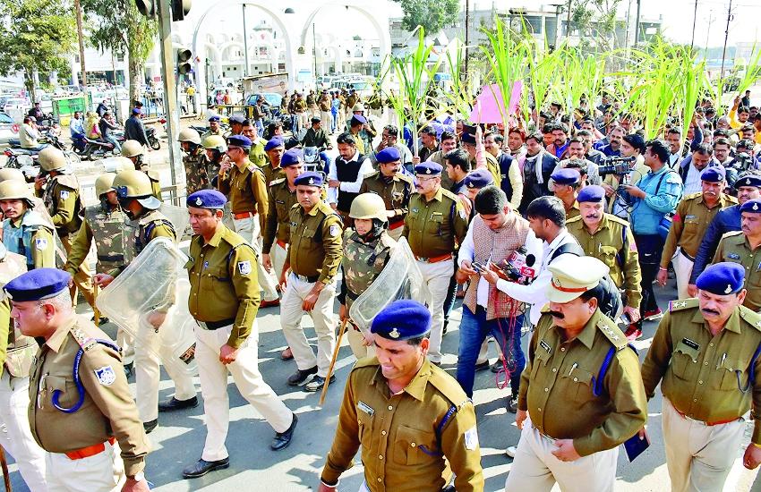 गन्ना नीति और बोनस के लिए किसानों का पैदल मार्च, अर्धनग्न होकर प्रदर्शन