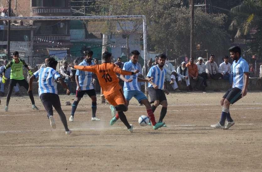 सागर। कजलीवन मैदान में चल रहे स्व. वरनजीत सिंह नैय्यर स्मृति फुटबॉल ट्रॉफी टूर्नामेंट में गुरुवार को सागर और विदिशा के बीच भिड़ंत हुई। दोनों टीमें एक-एक गोल के लिए मशक्कत करते नजर आईं।