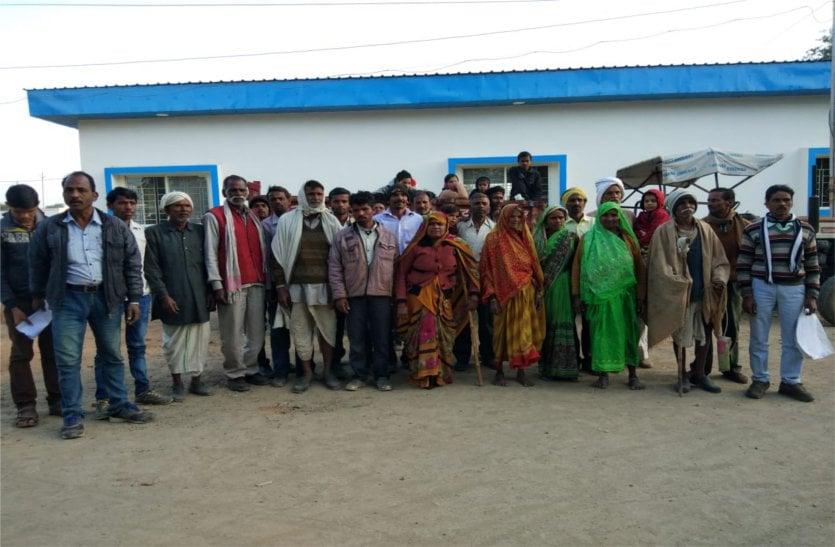 पत्थर डालकर रोका गांव का रास्ता, अधिकारियों से शिकायत करने पहुंचे ग्रामीण