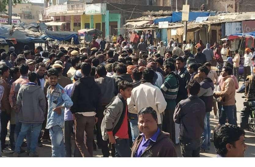 निजी बस की चपेट से व्यक्ति की मौत, ग्रामीणों ने किया प्रदर्शन