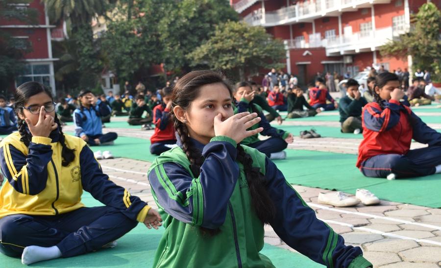 Video: विद्यार्थियों के साथ अधिकारियों ने किया सूर्य नमस्कार