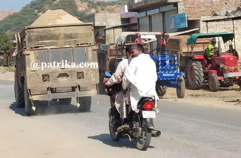 VIDEO: बिना तिरपाल चल रहे गिट्टी-मिट्टी के वाहन