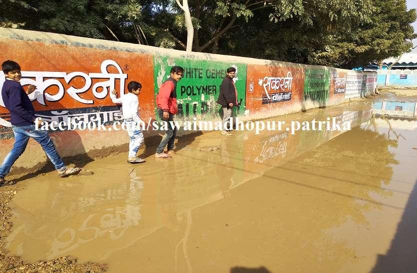 अनदेखी: नहीं हुआ सड़क निर्माण के साथ नालियों का निर्माण, जलभराव से राहगीर परेशान
