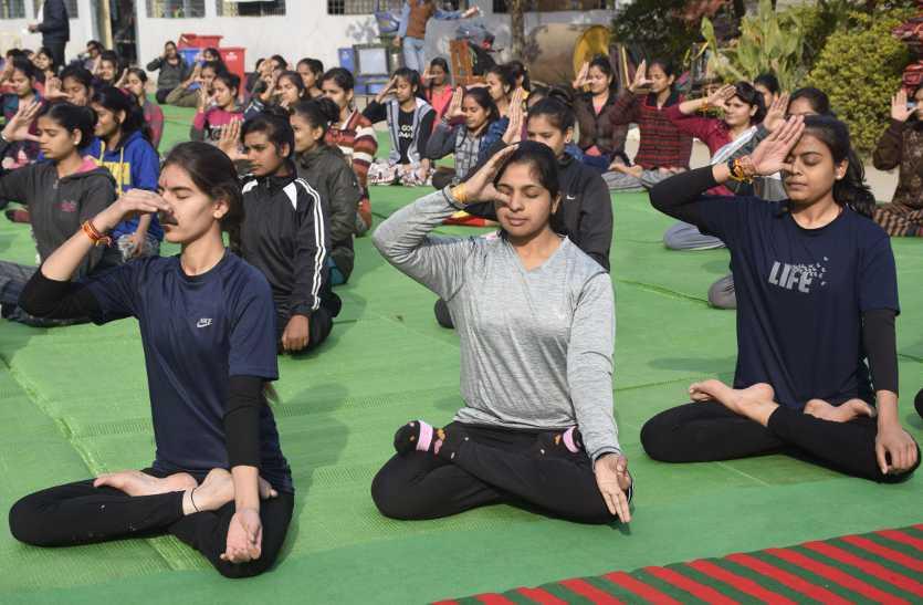 शारीरिक व मानसिक शक्ति को बढ़ाता है योग