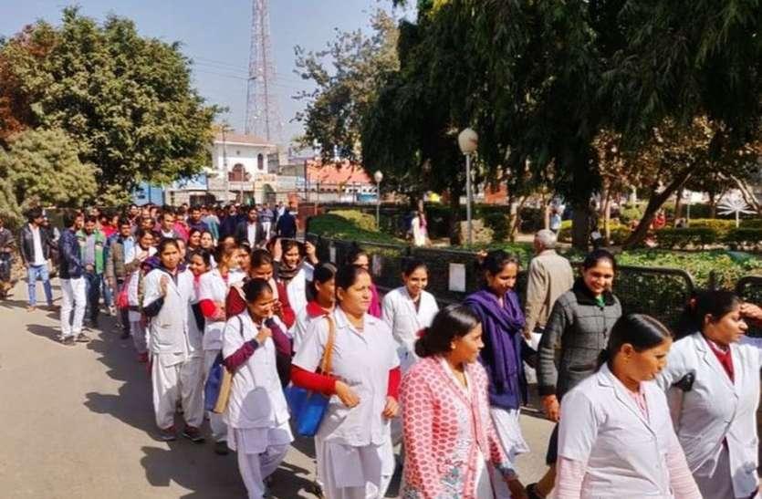 video : उदयपुर में नर्सिंगकर्मियों ने इस बात को लेकर किया प्रदर्शन और मांगें नहीं मानने पर दे डाली चेतावनी..