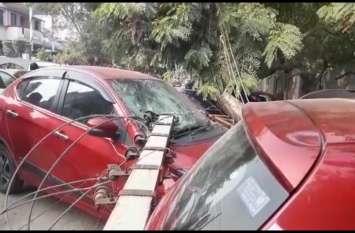 जब पार्किंग में खड़ी गाड़ियों के ऊपर गिरा बिजली का खंभा तो दिखा ऐसा नजारा