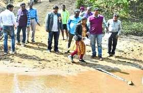 घने जंगल और नदी-नालों को पार कर CEO पैदल पहुंची गांव, ग्रामीणों की खुशी का नहीं रहा ठिकाना