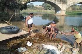 मंदाकिनी पुत्रों ने उठाया मां के मैले आंचल को साफ करने का बीड़ा कड़कड़ाती ठण्ड में चला रहे सफाई अभियान