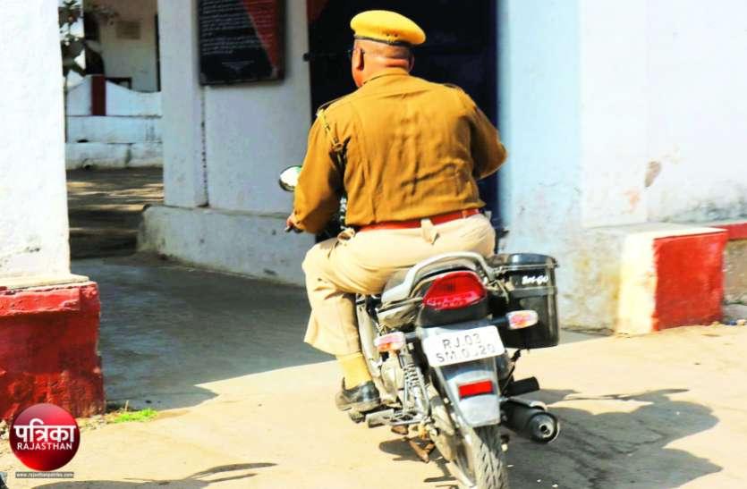 बांसवाड़ा : चोरी की मोटरसाइकिल का बदल दिया हुलिया, फर्जी नंबर प्लेट लगाकर पुलिस हैड कांस्टेबल लगा रहा फर्राटे