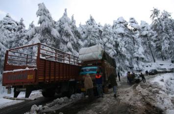 जम्मू-कश्मीर के पहाड़ों पर फिर से ताजा बर्फबारी, जम्मू-श्रीनगर हाईवे पर ट्रैफिक जाम