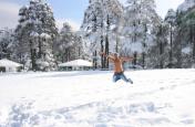PHOTOS:जम्मू-कश्मीर में हुई जमकर बर्फबारी, सैलानियों ने उठाया लुत्फ, फोटो देखकर आप भी हो उठेंगे आनंदित