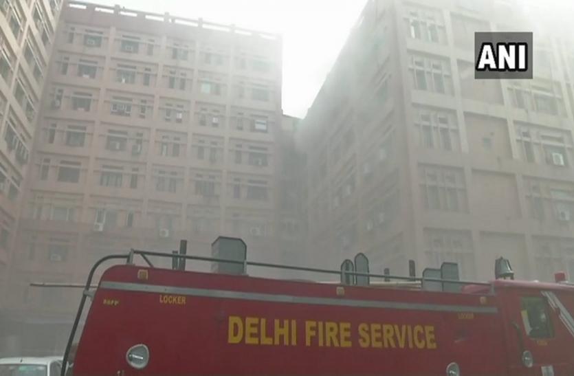 दिल्लीः प्रगति विहार के सीजीओ कॉम्प्लेक्स में लगी आग, दमकल की गाड़ियां मौके पर