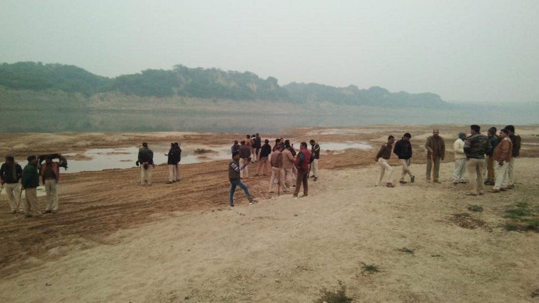 सडक़ के किनारे मिला हजारों घनमीटर रेत,नहीं मिला कोई वाहन