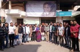 पचास फीसदी डिस्काउंट में भाजपा नेताओ ने देखी 'एक्सिडेंटल प्राइम मिनिस्टर'