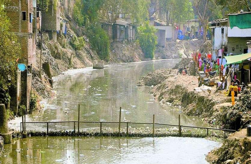 कान्ह-सरस्वती नदी में जाली लगाकर रोक रहे कचरा