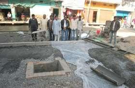 पुराने लाहे के सरिए निर्माणाधीन सड़क में उपयोग किए जाने से कांग्रेसी हुए आक्रोशित