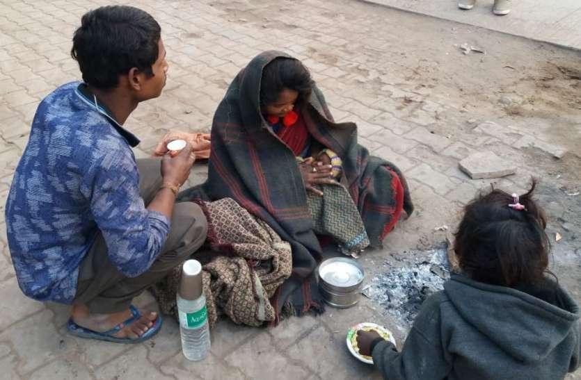 हाय-रे-मानवता: भीषण ठंड में खुले आसमान तले दुधमुंहे बच्चे और परिवार के साथ महिला ने काटी पूरी रात