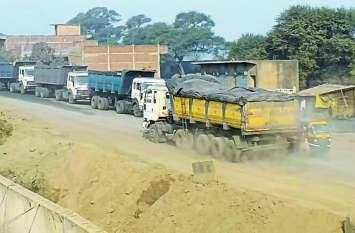 प्रदूषण के साथ जाम से भी जूझ रहे राहगीर, रेलवे फाटक से कसर गेट तक लगी वाहनों की लाइन