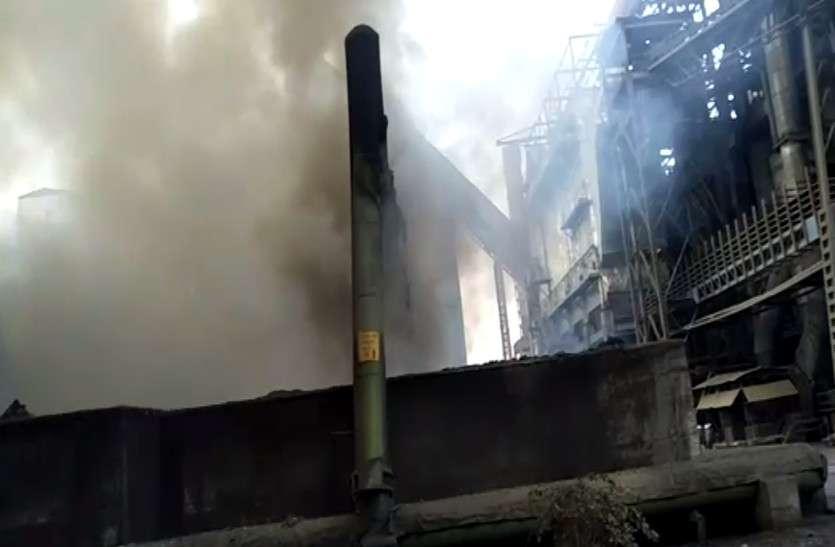 सीमेंट प्लांट के कूलिंग प्लांट में लगी भीषण आग, मची अफरा-तफरी