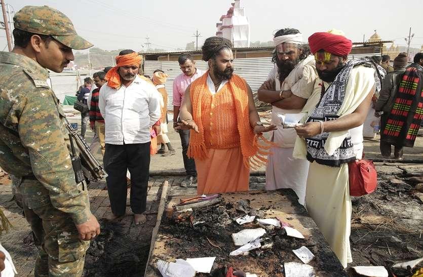 #Kumbh2019: कुंभ मेले में लगी आग, चेहरे पर खौफ और भगदड़ से खाली हुआ टेंट