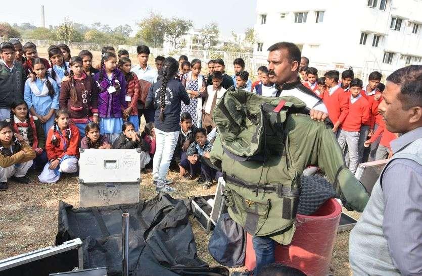देखिए वीडियो - इस छोटे से शहर म बच्चों को दिखा रहे बम डिफ्यूस का सामान