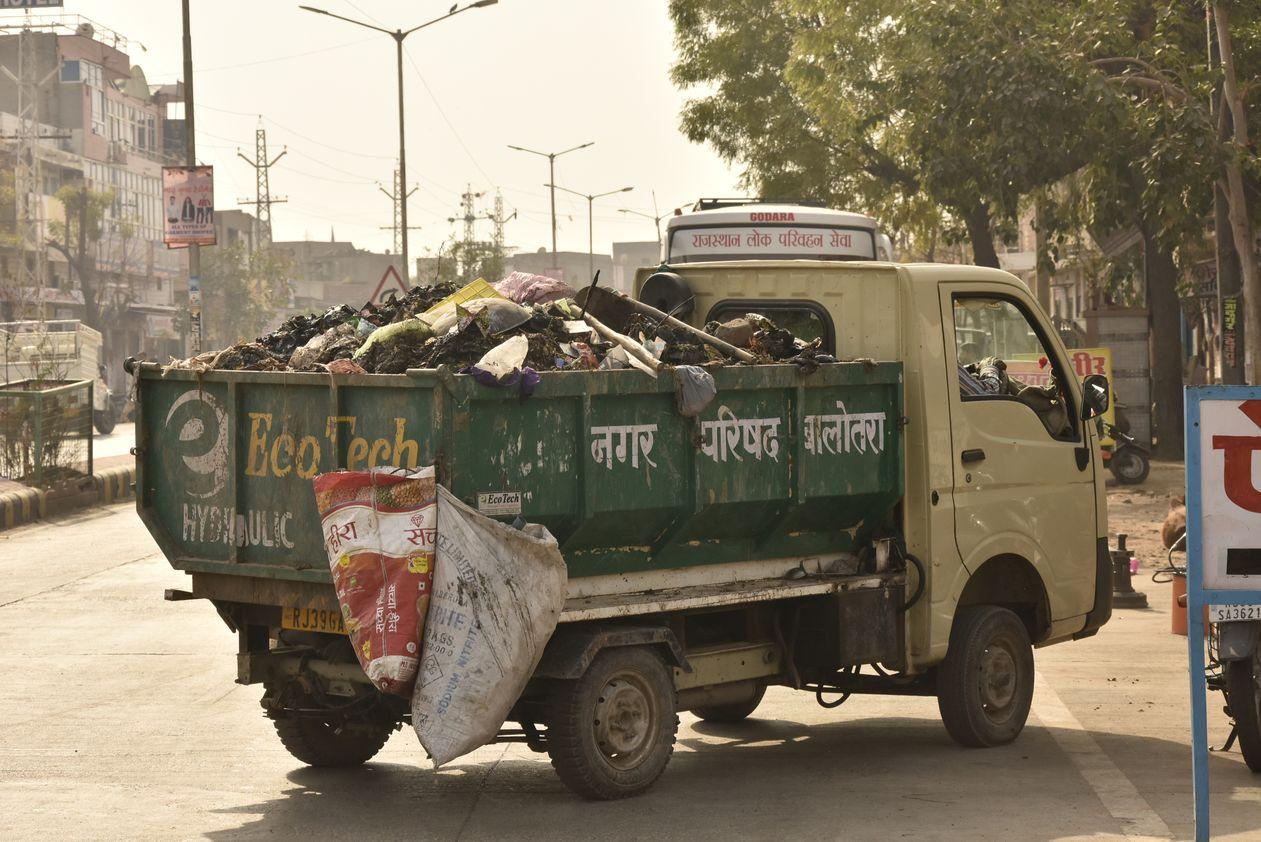 खुले में कचरा परिवहन, सड़क पर गंदगी, लोग भी परेशान