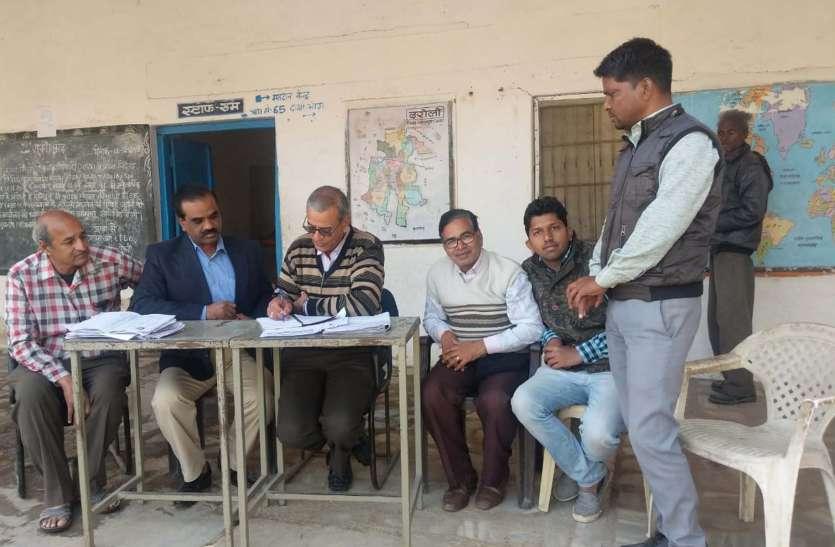 वल्लभनगर तहसीलदार ने मतदाता सूची पुनरीक्षण को लेकर दरौली मतदान केन्द्र का किया निरीक्षण