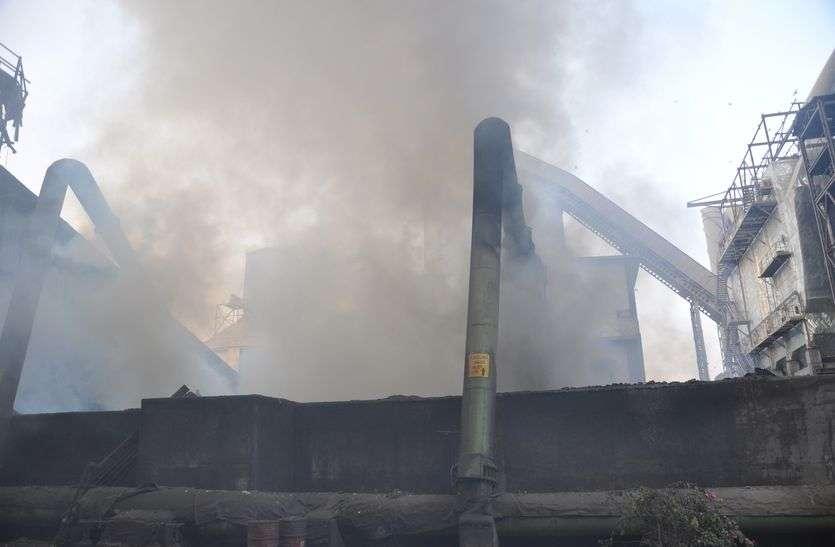 सीमेन्ट प्लान्ट के कूलिंग प्लांट में भीषण आग, डेढ़ करोड़ का नुकसान
