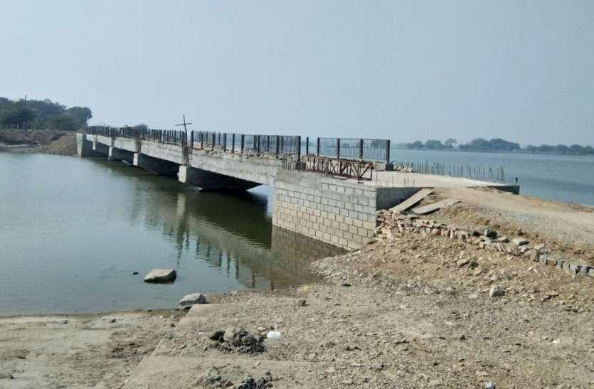 Video 1 करोड़ के पैदल पुल को बनाने में लगा दिया पूरा साल